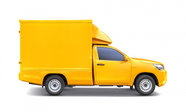 Żółty pick-up z bagażnikiem dachowym do przewozu kontenerów