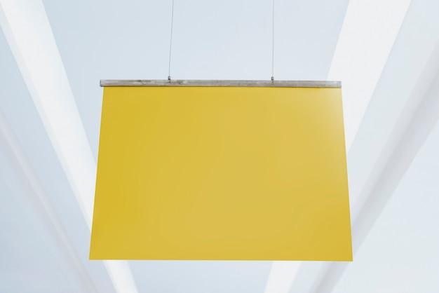 Żółty plakat zwisający z sufitu