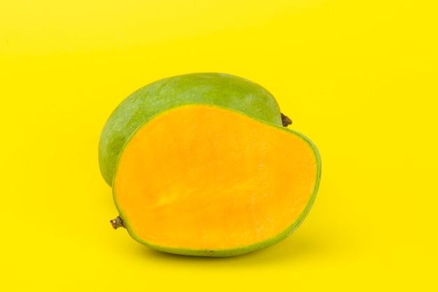 Żółty plasterek mango odizolowywający na kolorze żółtym