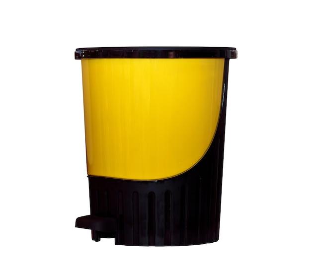 Żółty plastikowy kosz na śmieci na białym tle
