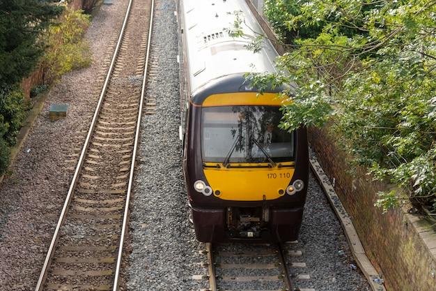 Żółty pociąg, stacja kolejowa. transport publiczny.