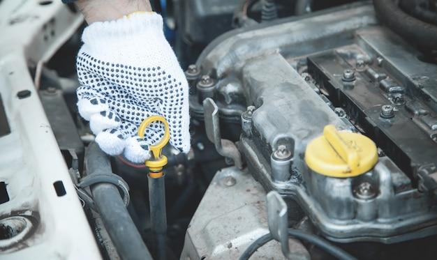 Żółty prętowy wskaźnik poziomu oleju. pomiar poziomu oleju silnikowego