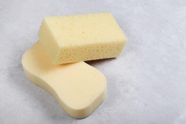 Żółty prostokąt i okrągłe gąbki