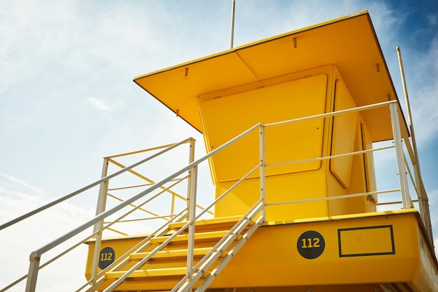 Żółty ratownik post na pustej plaży