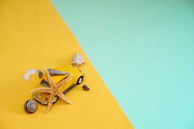 Żółty retro zabawkarski samochód na żółtym tle