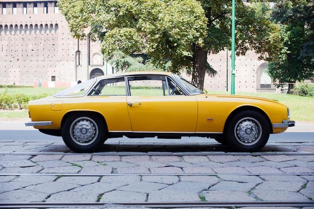 Żółty rocznika samochód