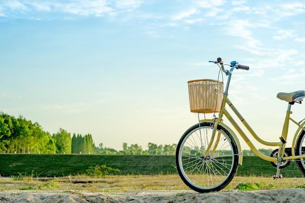 Żółty rower i zachód słońca w wieczór zimy z kluczowym kopii przestrzenią