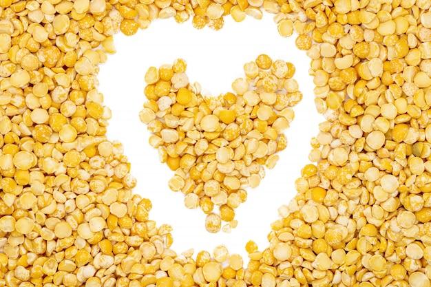 Żółty split suszonych grochu, w kształcie serca, bliska, makro, widok z góry.