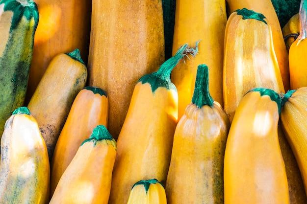 Żółty squash. świeża żółta cukinia na rynku na świeżym powietrzu. cukinia lub cukinia ze szpiku warzywnego. zbierz organiczny składnik cukinii. jedzenie organiczne