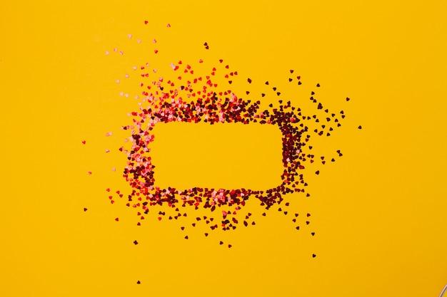 Żółty stół z konfetti w kształcie kwadratu