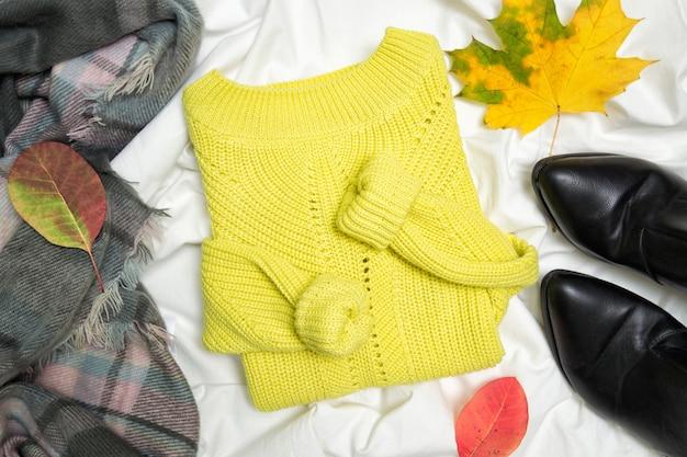 Żółty sweter, szalik i buty.