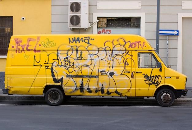 Żółty van