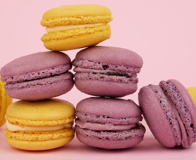 Żółty w purpurowe okrągłe pieczone ciasta makaronowe
