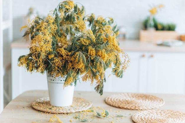 Żółty wiosenny świeży bukiet kwiatów w kuchni