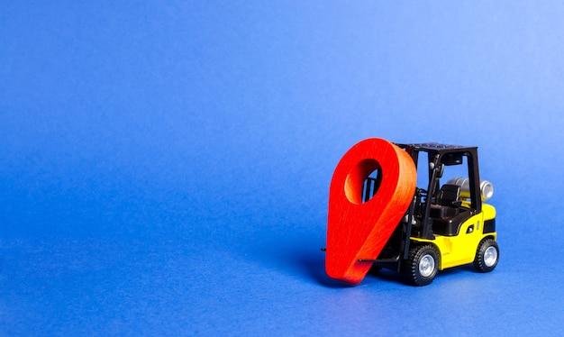 Żółty wózek widłowy z czerwonym wskaźnikiem lokalizacji usługi transportowe i zarządzanie logistyką w magazynie produkcyjnym
