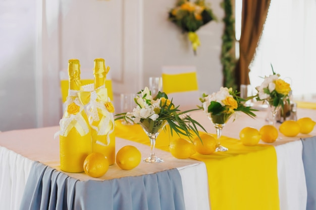 Żółty wystrój stołu weselnego dla pary młodej