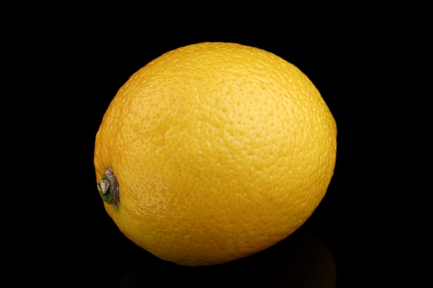 Żółty zbliżenie cytryny cała czarna powierzchnia