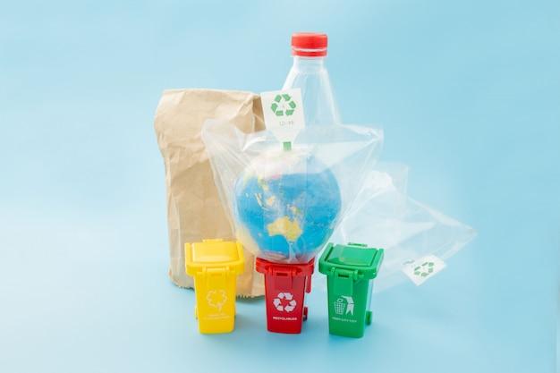 Żółty, zielony i czerwony kosze z symbolem recyklingu na niebieskim tle. utrzymaj porządek w mieście, pozostawia symbol recyklingu. koncepcja ochrony przyrody