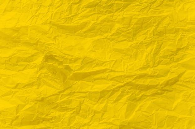 Żółty zmięty papier z bliska tekstury tła