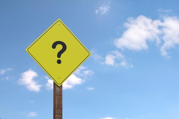 Żółty znak ostrzegawczy ze znakiem zapytania z miejsca na kopię.