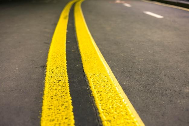 Żółty znak oznakowania ulicznego