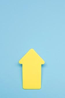 Żółty znak strzałki z miejsca na kopię