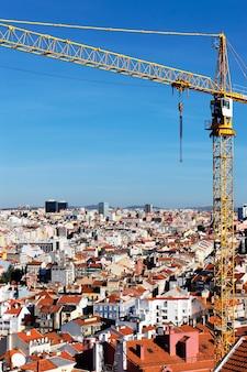 Żółty żuraw na budowie w lizbonie