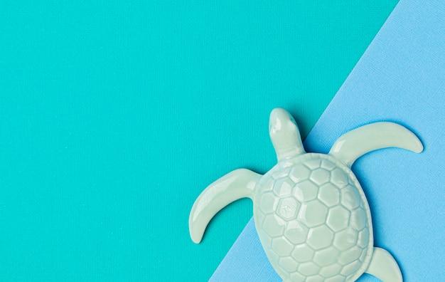 Żółw i wycięty papier na światowy dzień oceanów