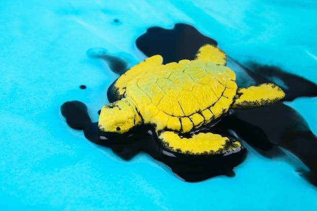 Żółw w oleju. zanieczyszczenie oceanicznego problemu środowiskowego. sytuacja ekologiczna na świecie ziemia