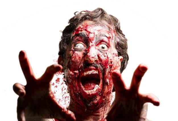 Zombi z białym okiem i podniesionymi rękami