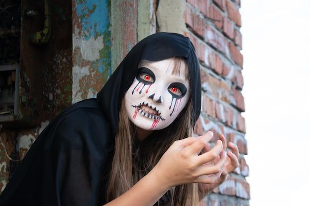 Zombie czołga się z dachu. czerwone oczy wampira.