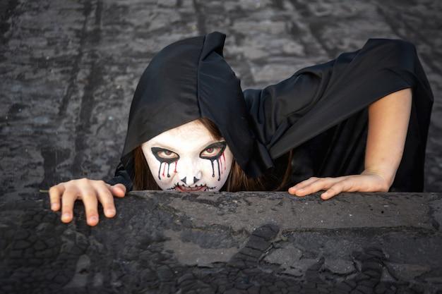 Zombie czołga się z dachu. halloween i dzień zmarłej koncepcji.
