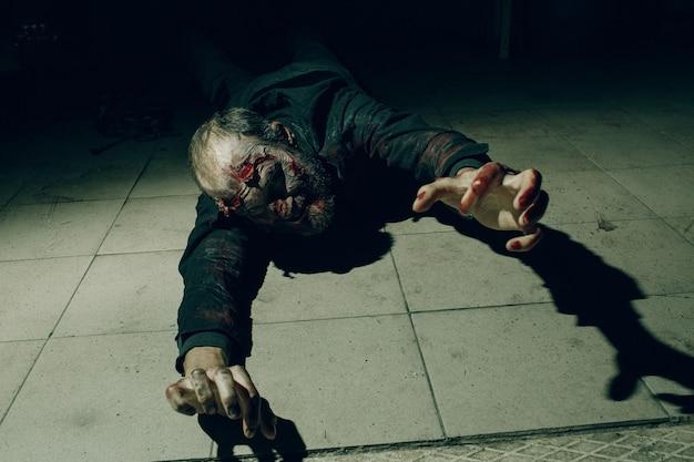 Zombie męski makijaż dla koncepcji halloween. krew na skórze twarzy