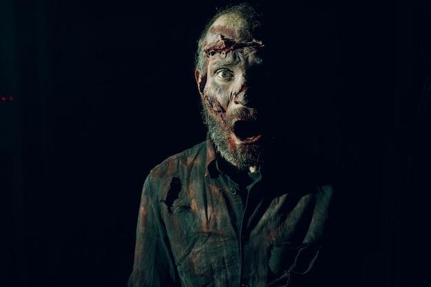 Zombie męski makijaż dla koncepcji halloween. makijaż skóry twarzy z krwią