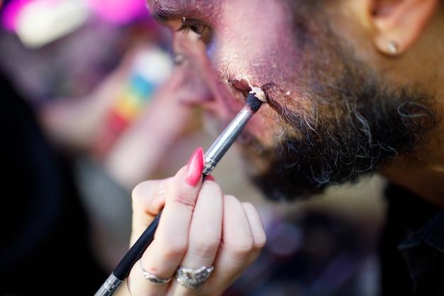 Zombie męski makijaż ubiegający się o koncepcję halloween. uzupełnij pędzlem i pomaluj skórę i zakrwawioną twarz