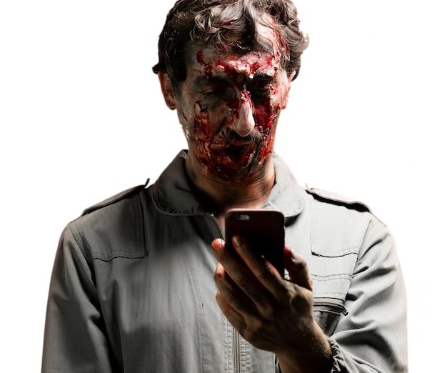 Zombie oglądając swój telefon