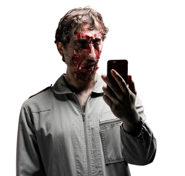Zombie patrząc na smartphone