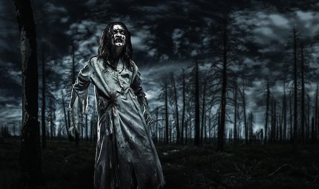 Zombie w martwym lesie.