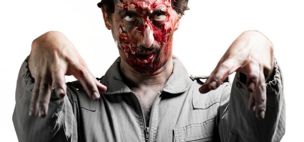 Zombie z podniesionymi rękami