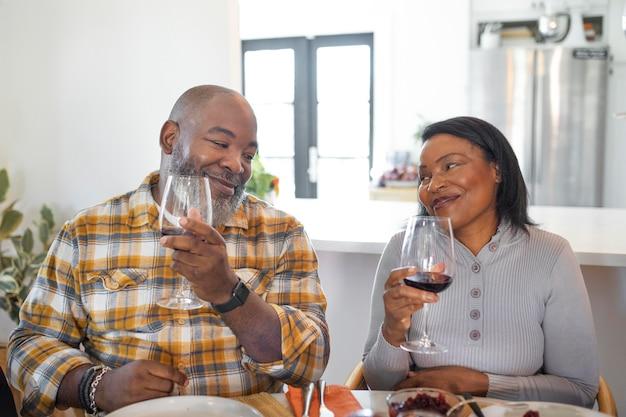 Żona i mąż cieszą się obiadem z okazji święta dziękczynienia?