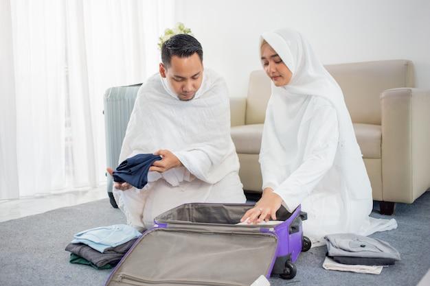 Żona i mąż muzułmańskich pielgrzymów przygotowują przedmiot