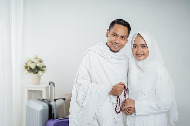 Żona i mąż muzułmańskich pielgrzymów w białych tradycyjnych strojach