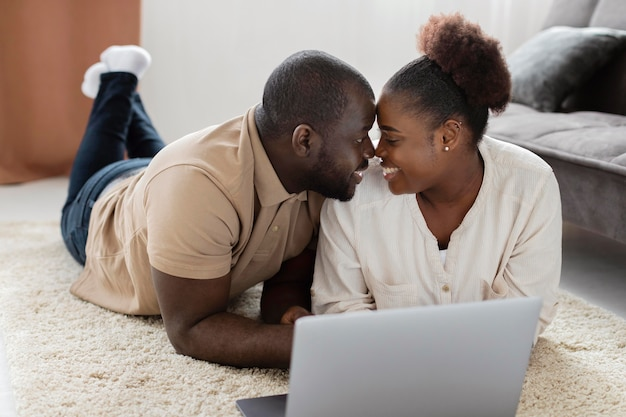 Żona i mąż spędzają czas w domu