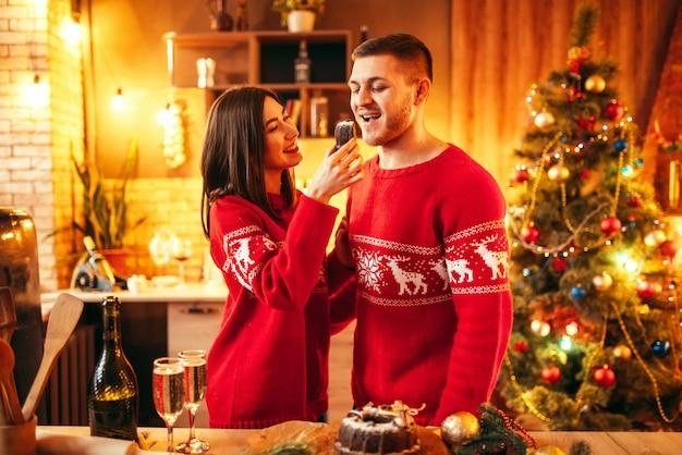 Żona karmi męża świątecznym ciastem