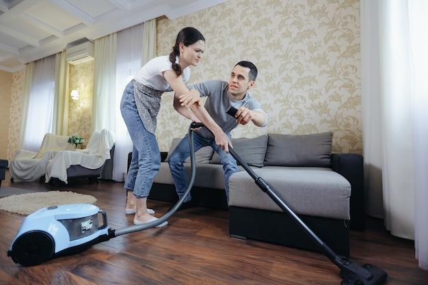 Żona odkurza pokój i uniemożliwia mężowi oglądanie telewizji