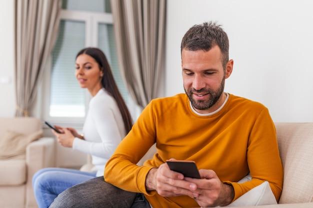 Żona odwróciła się plecami do męża, czytając wiadomość telefoniczną od kochanka