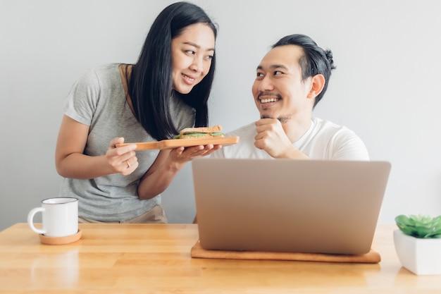 Żona opiekuje się mężem