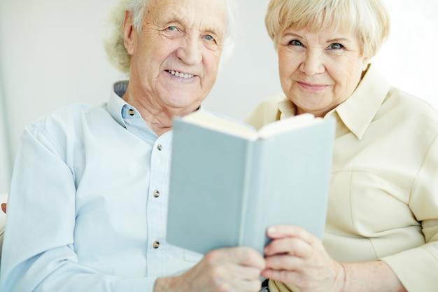 Żona uroczy czytanie zainteresowany reszta
