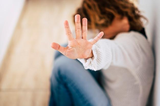 Żona w średnim wieku w domu chroniąca się przed brutalnym mężem - zniewolenie kobiety pod kątem opuszczonego budynku rozmycie obrazu, zatrzymanie przemocy wobec kobiet, międzynarodowy dzień kobiet -