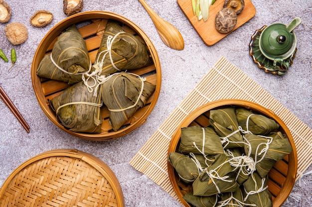 Zongzi lub bakcang chińskie pikantne knedle z kleistego ryżu